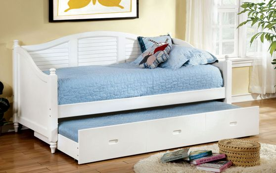 Cottage style white daybed w/ trundle