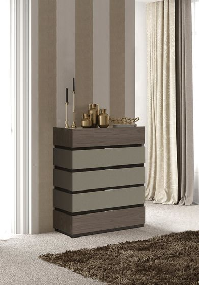Contemporary glossy chest of drawers