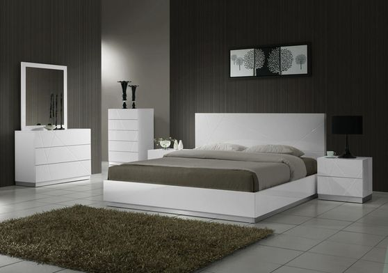 Contemporary high-gloss white plaftorm bed