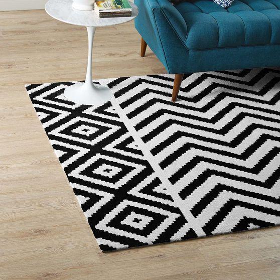 Geometric chevron / diamond black/white area rug